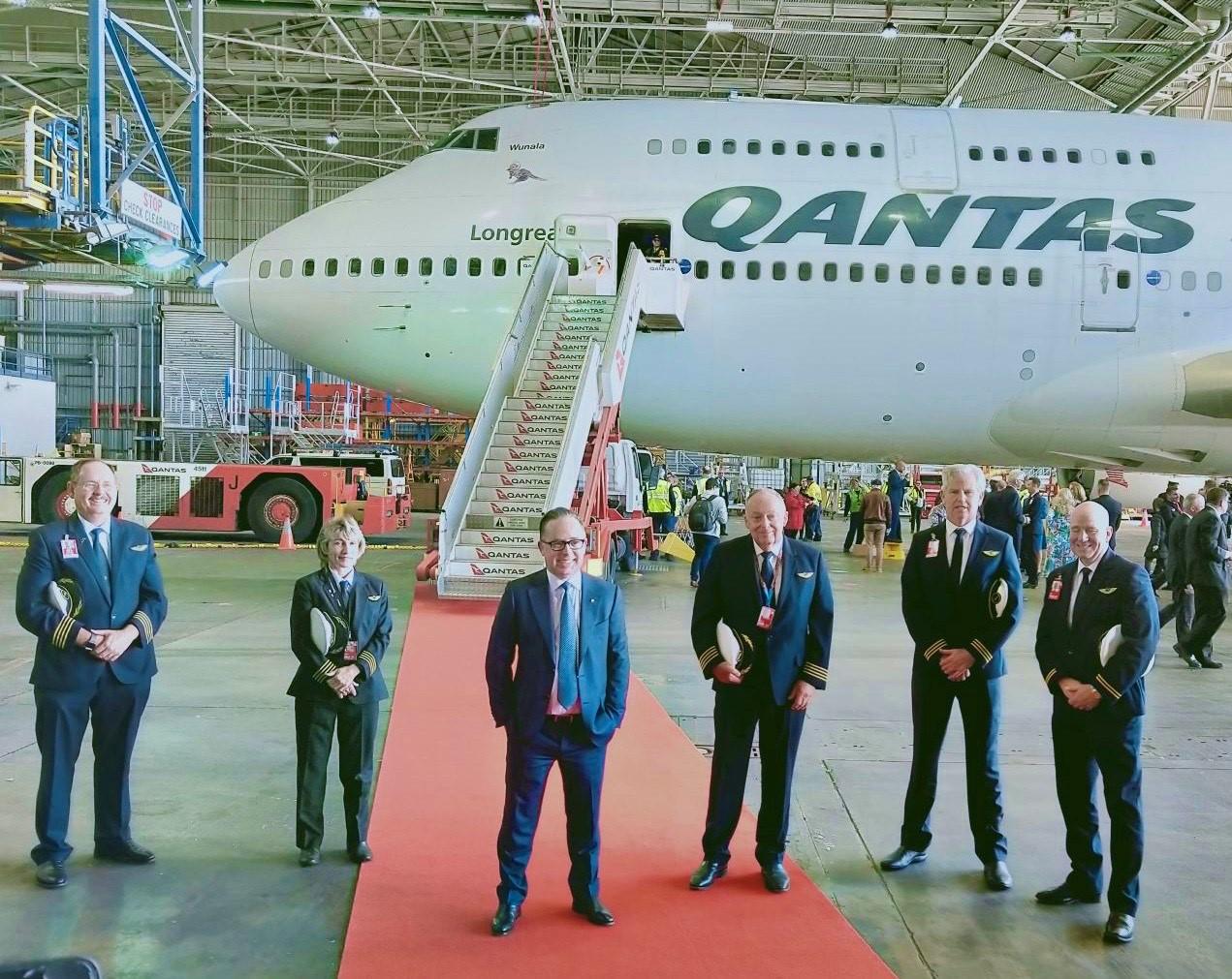Last Qantas 747 jet says goodbye with 'flying kangaroo' in sky